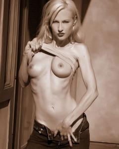 Dee Dee Naked